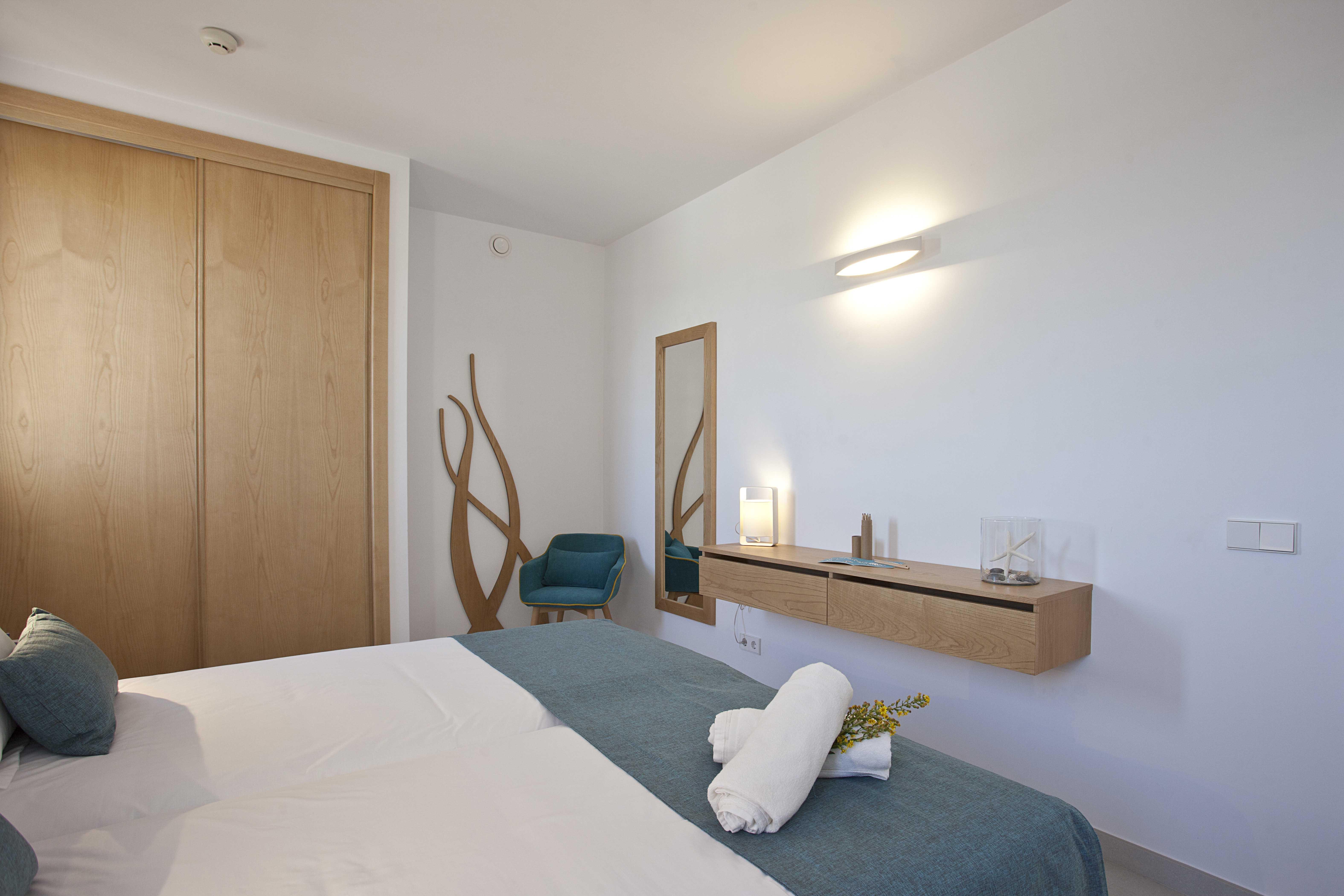 Dormitorio doble con detalles de decoración