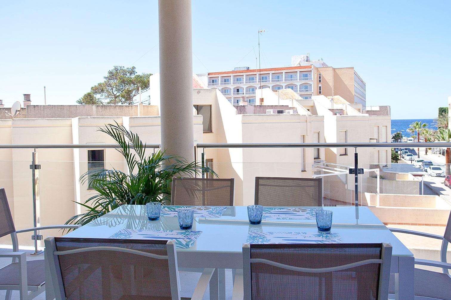 Mesa puesta en una terraza