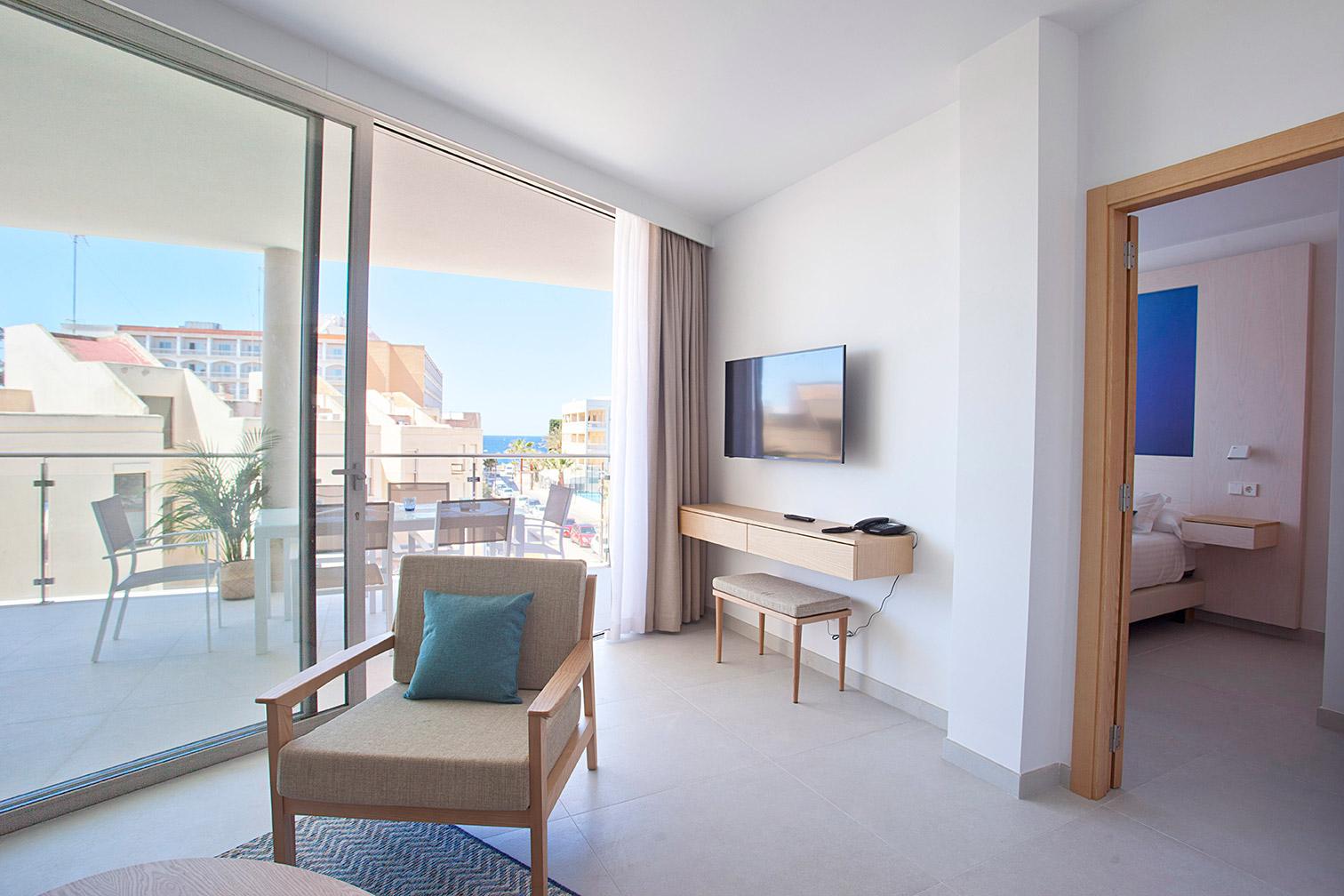 Vistas desde un sofá a la terraza y una TV