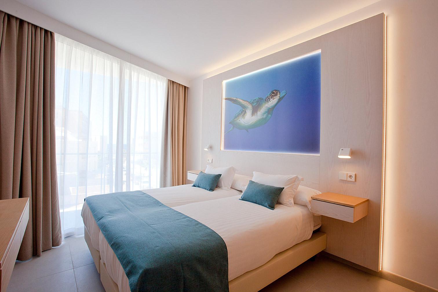 Dormitorio doble con un cuadro de una tortuga