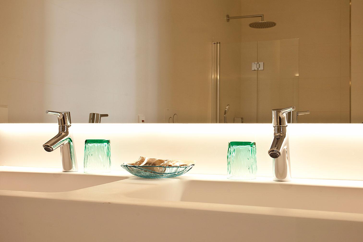 Baño, espejo y ducha