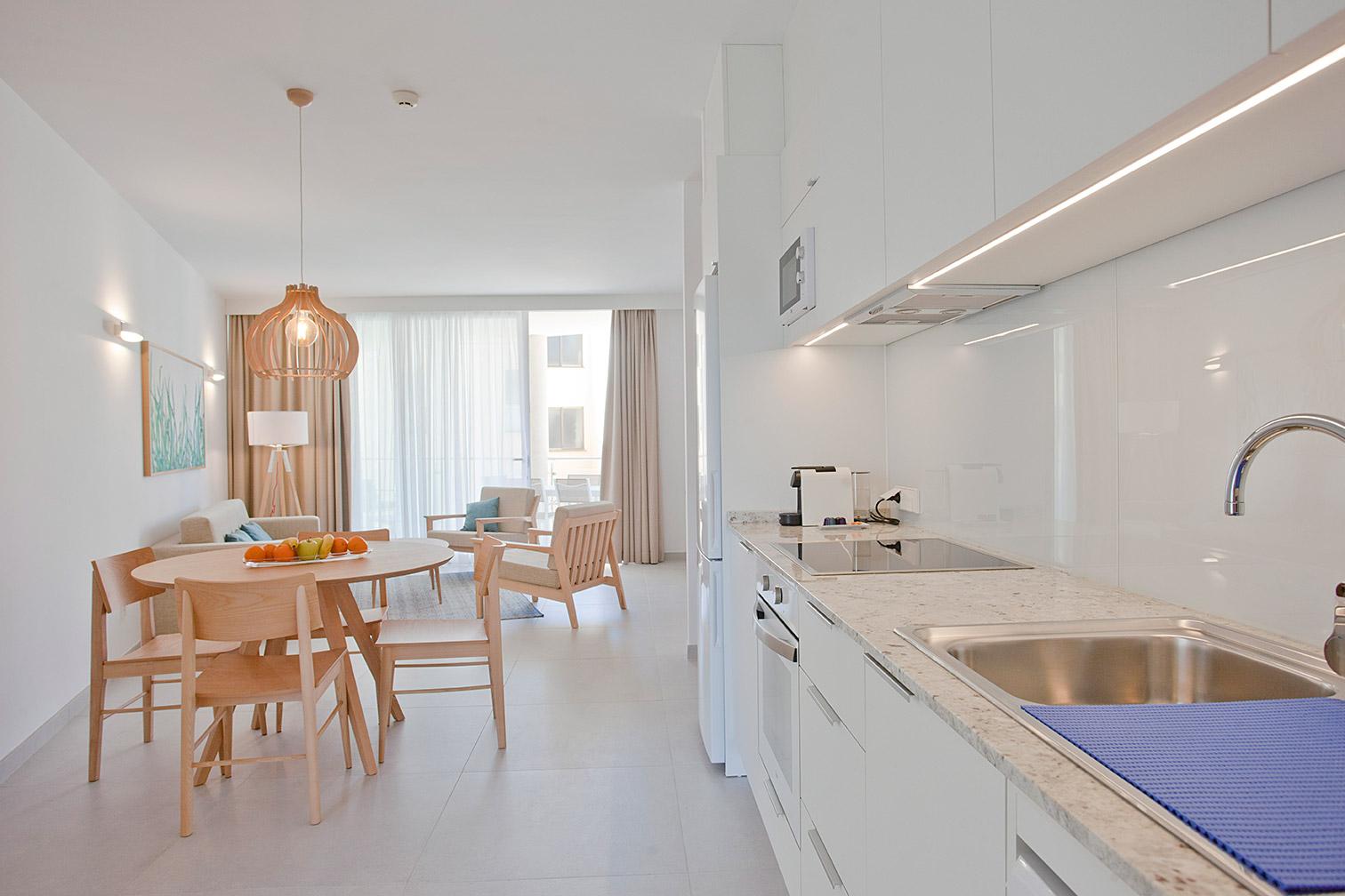 Cocina con comer y sala de estar en el fondo