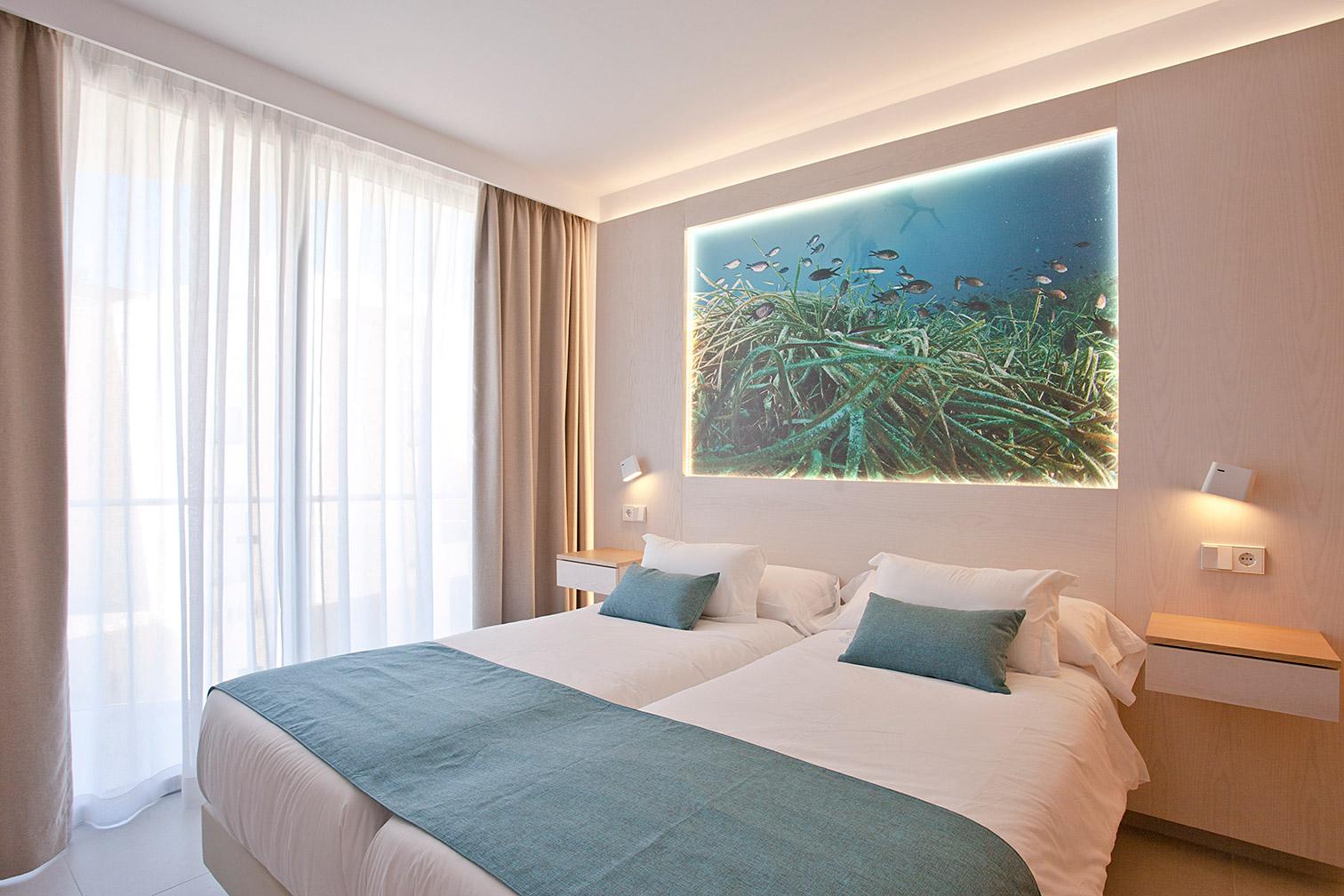 Dormitorio con 2 camas individuales y un cuadro con posidonia