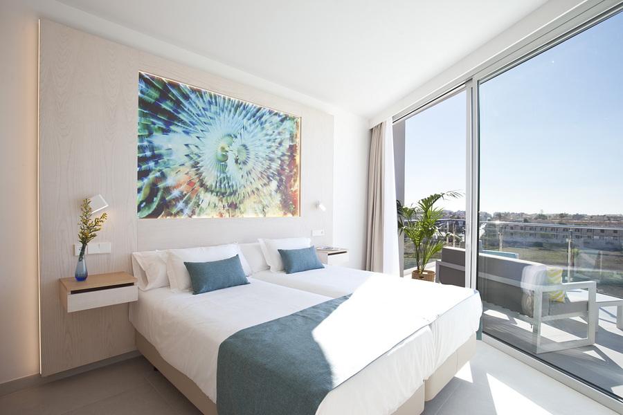dormitorio con vistas