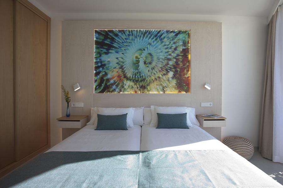 camas con un cuadro grande